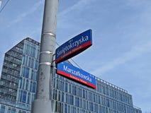 在Marszalkowska和Swietorzyska街的角落,街市,华沙,波兰, 2018年6月的路牌 免版税库存照片