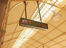在Maryborough火车站平台的二十四个小时时钟 图库摄影