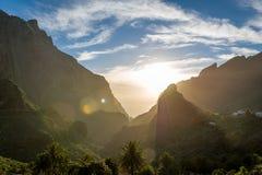 在Masca峡谷,特内里费岛岩石的日落  免版税库存照片