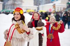 在Maslenitsa节日期间的妇女在俄国 库存图片