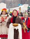 在Maslenitsa节日期间的妇女 免版税库存图片