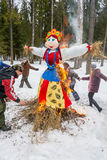在Maslenitsa附近灼烧的肖象的快活的舞蹈, 3月13日 免版税图库摄影