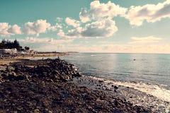 在Maspalomas,大加那利岛,西班牙(大西洋海岸)附近的多岩石的海滩 库存照片
