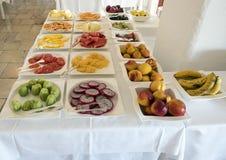 在Masseria Torre Coccaro手段的可口早餐自助餐果子 库存图片