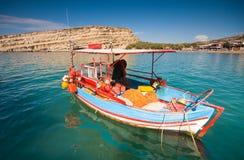 在Matala海湾停住的渔船,克利特, Greec 免版税库存照片