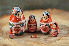 在matryoshka家庭的麻烦 在一张木桌上的俄国玩偶 免版税图库摄影