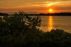 在Maumee河的日落 免版税库存图片
