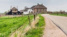 在Maurik附近的传统荷兰农舍在Neteherlands 免版税库存照片