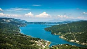 在Mavorovo湖,马其顿的一个看法 免版税库存图片