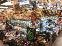 在MBK购物中心,曼谷的纪念品店 库存图片