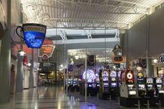 在McCarran机场D门的老虎机在拉斯维加斯, N 图库摄影