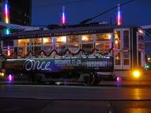 在McKinnewy大道运输系统电车的圣诞节装饰在住宅区的达拉斯 免版税库存照片