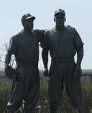 在MCU球场前面的杰基・罗宾森和小便极小里斯雕象在布鲁克林 库存图片