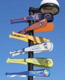 在MCU球场前面竖立路标在显示距离到棒球目的地的布鲁克林 库存图片