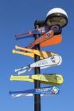在MCU球场前面竖立路标在显示距离到棒球目的地的布鲁克林 图库摄影