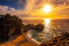 在McWay的日落在太平洋海岸高速公路落在加利福尼亚 库存图片