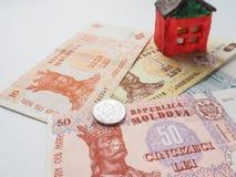 在MDL的一个小的玩具房子概念 储款和志向的概念 投资风险 免版税库存图片