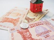 在MDL的一个小的玩具房子概念 储款和志向的概念 投资风险 免版税库存照片