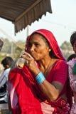 在Meena的妇女饮用的茶 库存照片