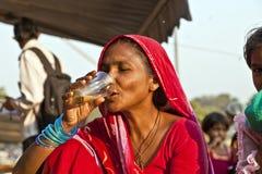 在Meena的妇女饮用的茶 免版税库存图片