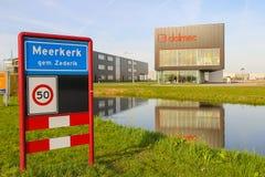 在Meerkerk,荷兰边境村庄的路标  库存图片