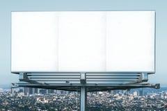 在megapolis城市视图backgound的空白的广告牌 库存照片