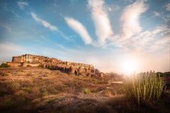 在Mehrangarh堡垒的太阳落山在乔德普尔城 免版税库存图片