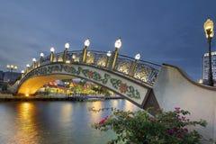 在Melaka河江边的Kampung Morten桥梁蓝色小时的 库存图片