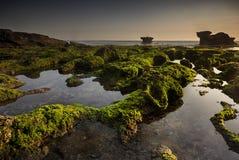 在Melasti海滩,巴厘岛印度尼西亚的美好的日落 免版税库存照片