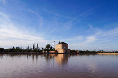 在Menara庭院水池的Pavillion反射在马拉喀什, Moroc 库存图片