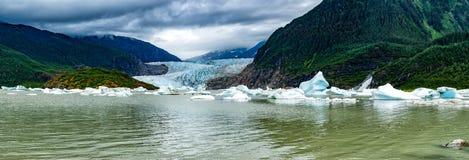 在Mendhenall冰川巨大的风景附近的湖 免版税库存照片