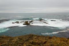 在Mendocino陆岬国家公园的岸礁石附近。 免版税库存图片