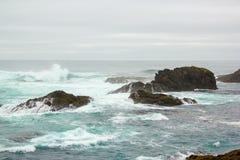在Mendocino陆岬国家公园的岸礁石附近。 免版税库存照片