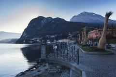 在Mennagio镇, Como湖,意大利的晚上散步 免版税库存图片