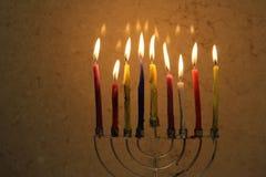 在menorah点燃的五颜六色的Chanukah蜡烛 库存照片