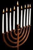 在menorah的燃烧的光明节蜡烛 免版税库存照片