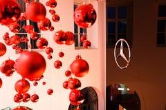 在Mersedes的陈列的红色球 库存照片