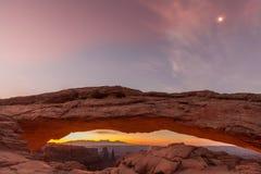 在Mesa曲拱的日出与月亮 免版税图库摄影