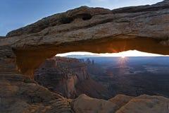 在Mesa曲拱的日出在峡谷地国家公园,犹他 免版税库存图片