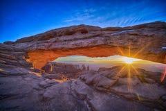 在Mesa曲拱的日出,冬天 库存照片