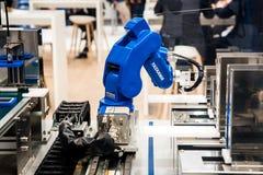 在Messe的Yaskawa moto微型机器人胳膊公平在汉诺威,德国 免版税库存图片