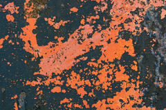 在metalsurface的红色破裂的绘画 库存图片