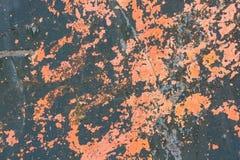 在metalsurface的红色破裂的绘画 免版税库存照片