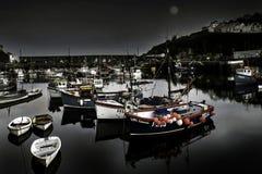 在Mevagissey港口的大浪,位于康沃尔郡,英国 免版税图库摄影