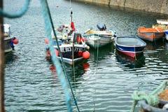 在Mevagissey港口的小船 免版税图库摄影