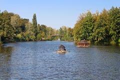 在Mezhyhirya -前总统筑成池塘亚努科维奇前私人住宅,现在开放对公众 免版税库存照片
