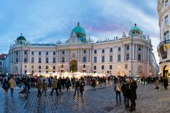 在Michaelerplatz,维也纳,日落的奥地利的圣诞节市场 库存照片