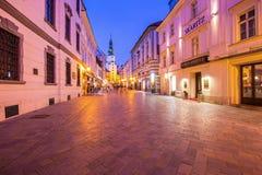 在Michaels塔Michalska Brana附近的Michalska街道是著名旅游目的地在布拉索夫,斯洛伐克 图库摄影