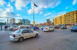 在Midan Tahrir,开罗,埃及的交通 免版税库存照片