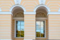 在Mikhailovsky宫殿间距的Windows,修造状态俄国博物馆在圣彼德堡,俄罗斯 免版税库存图片